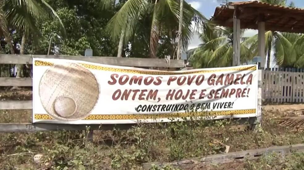 Faixa em área de conflito entre índios e fazendeiros em Viana, MA (Foto: Reprodução/ TV Globo)