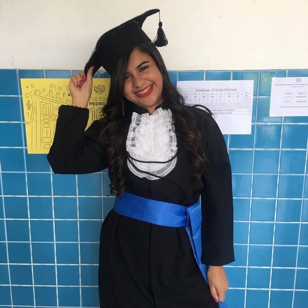 Jhenyfer Rosa formou-se no ensino médio em 2018. Ela foi aprovada em medicina na USP aos 17 anos. — Foto: Arquivo pessoal