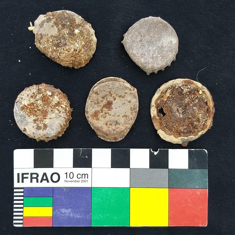 Tampinhas de garrafa deixadas no poço de sacralização da tumba pela população qurnawi (Foto: Divulgação)