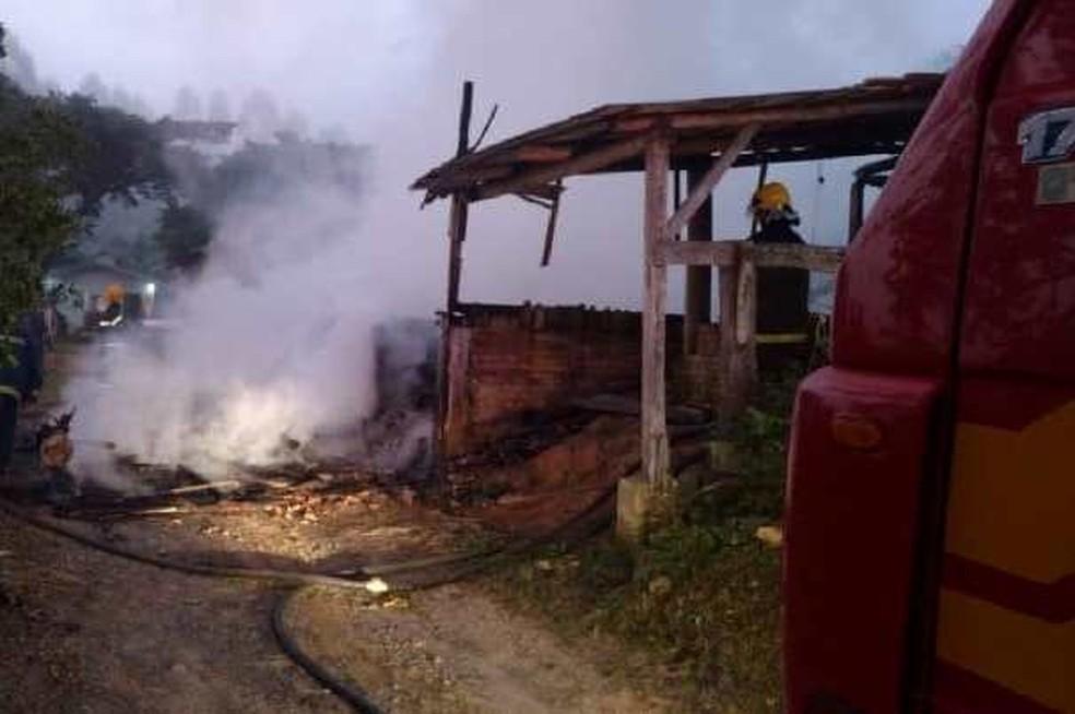 Fogo destruiu o galpão em Rio do Oeste — Foto: Corpo de Bombeiros Rio do Sul/ Divulgação