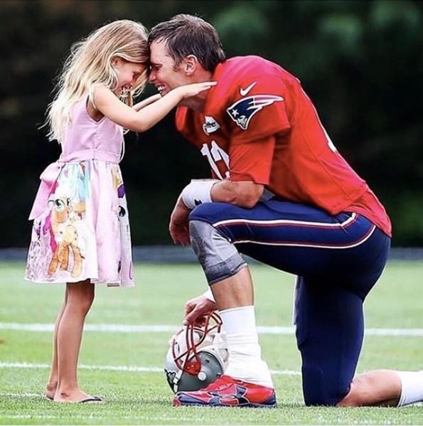 Vivian, 5 anos, faz ritual de boa sorte para o pai, o jogador Tom Brady (Foto: Reprodução Instagram)