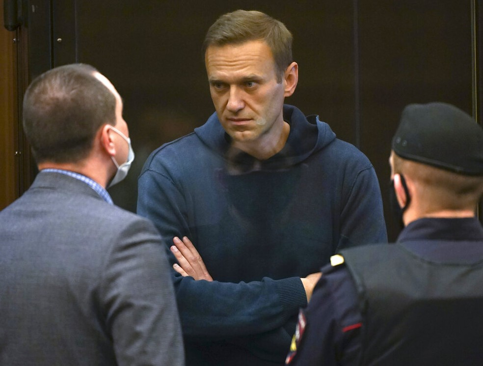 Alexei Navalny conversa com advogados durante audiência em tribunal de Moscou, capital da Rússia, nesta terça-feira (2) — Foto: Moscow City Court via AP