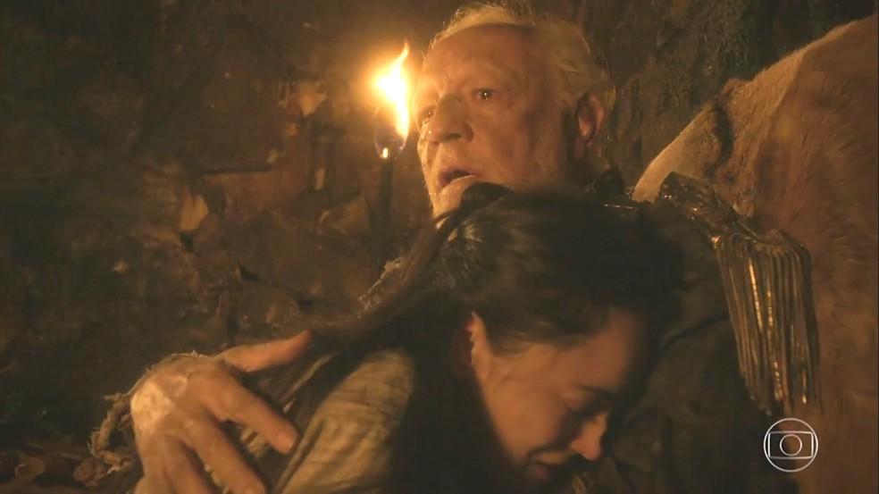 Anna (Isabelle Drummond), finalmente, encontra o seu pai, Sir Millman (Ney Latorraca), em 'Novo Mundo' — Foto: TV Globo