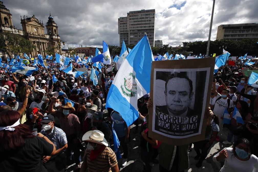 Protesto pacífico no centro da Cidade da Guatemala contra o governo do presidente Alejandro Giammattei neste sábado (21) — Foto: Moises Castillo/AP Photo