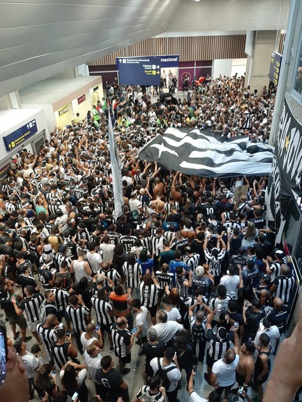 Torcida do Botafogo lota o aeroporto para receber Honda — Foto: Davi Barros / GloboEsporte.com