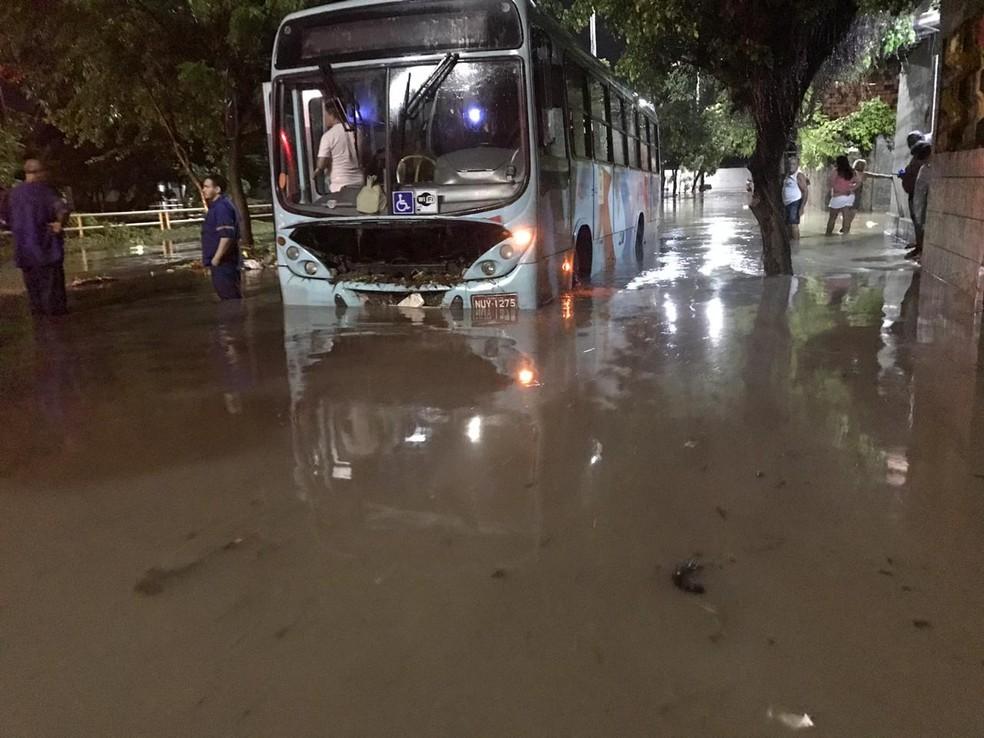 Ônibus teve problemas mecânicos e ficou ilhado na Avenida C, do Conjunto Ceará.  — Foto: Reprodução/WhatsApp
