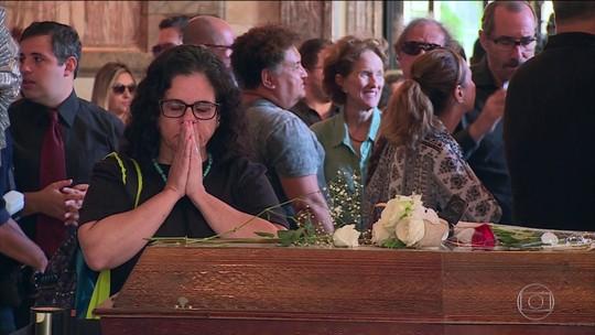 Parentes, amigos e fãs se despedem de Bibi Ferreira no Theatro Municipal