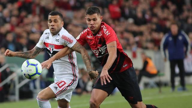 Daniel Alves disputa lance com Bruno Guimarães