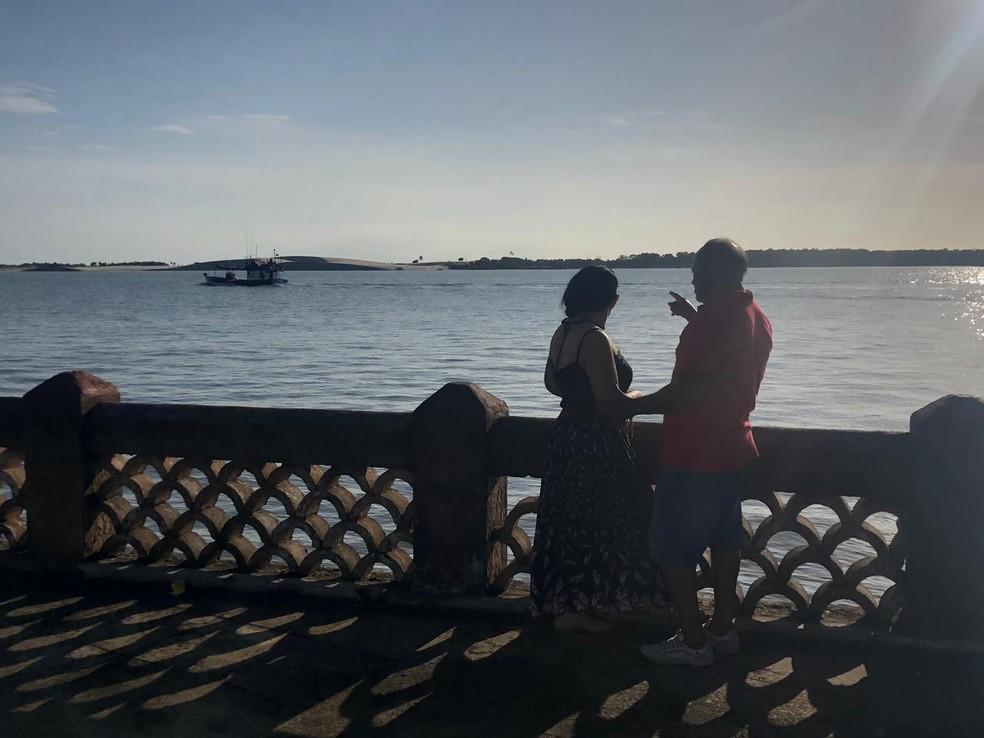 Ao lado da esposa, Durval conta que os dias no mar foram de fé e prudência — Foto: Mateus Ferreira/SVM