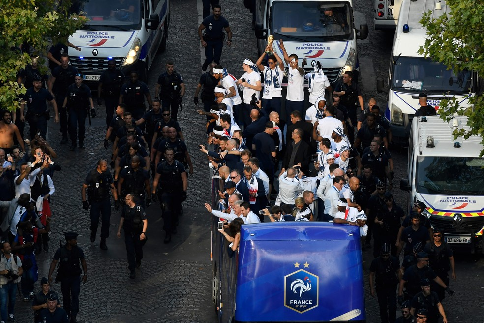 Carreata da França pelas ruas de Paris (Foto: AFP)