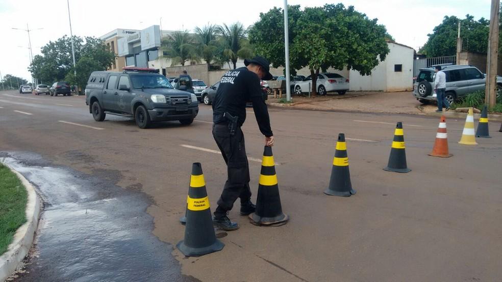 O prédio da PF em Palmas foi isolado  (Foto: Débora Ciany/TV Anhanguera)