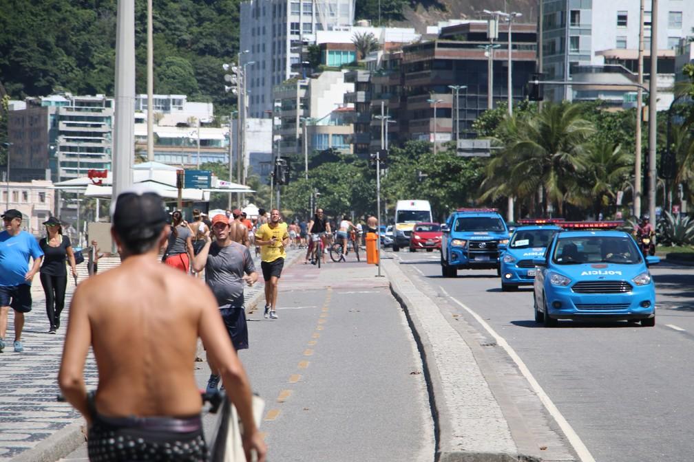 Praia estava cheia na manhã de sábado. PM fez abordagens para tirar pessoas da areia — Foto: José Raphael Bêrredo/G1 Rio