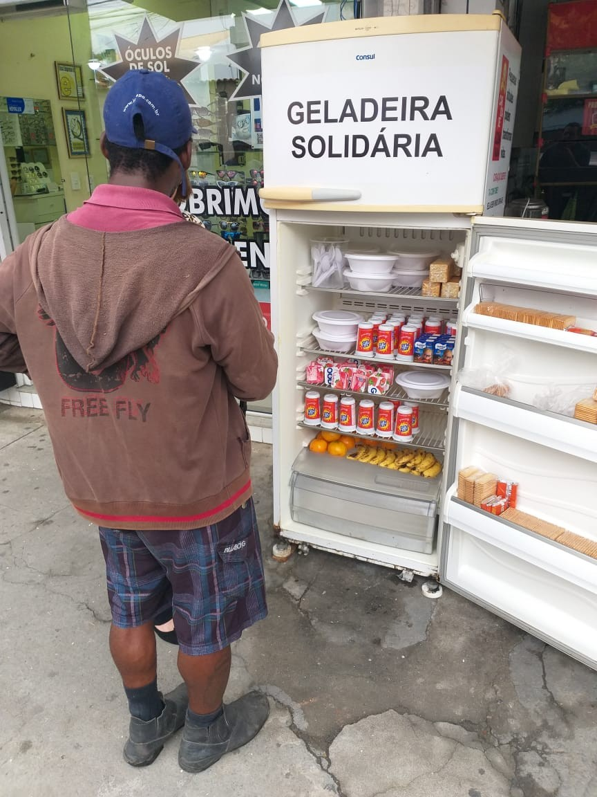 Geladeira solidária é colocada na porta de loja no RJ: 'pegue o necessário, pense no próximo' - Notícias - Plantão Diário
