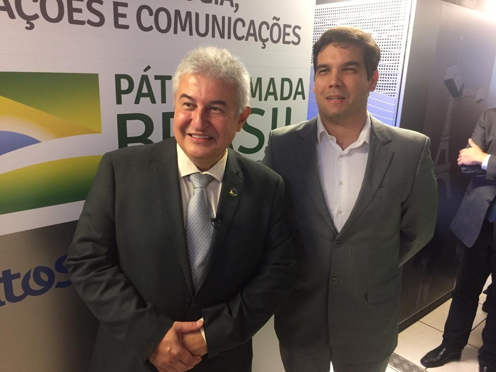 Ministro Marcos Pontes ao lado de Juliano Dantas, gerente executivo interino do Cenpes (centro de pesquisa da Petrobras), na sala onde fica o supercomputador — Foto: Aline Rickly/G1