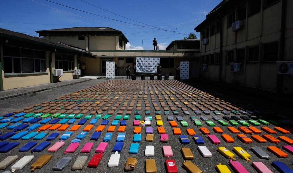 Pacotes de cocaína apreendida são expostos no asfalto durante uma apresentação para a imprensa em Buenaventura, na Colômbia. Cerca de 10 toneladas da droga foram apreendidas em um container durante uma operação no porto do pacífico (Foto: Fernando Vergara/AP)