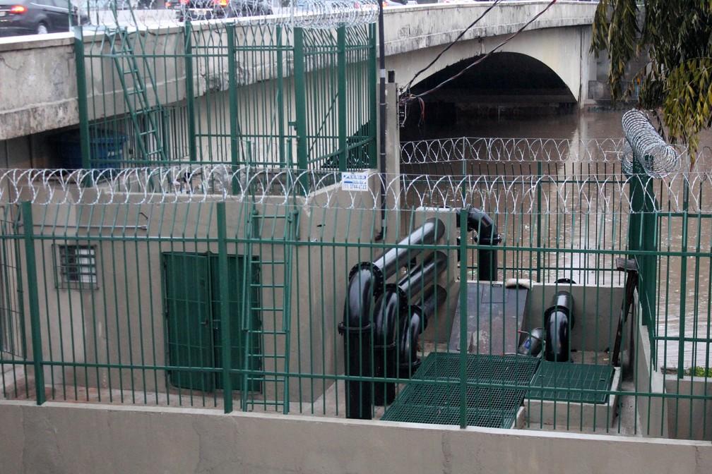 Registro das bombas que retiram a água que se acumulou nas pistas da Marginal Tietê, sob a Ponte das Bandeiras — Foto: Willian Moreira/Estadão Conteúdo