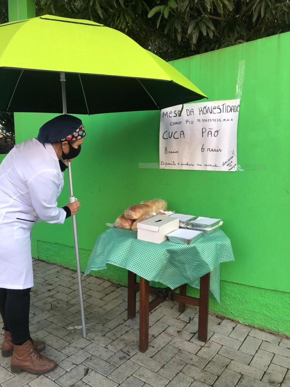 No local ficam expostos apenas os produtos e uma placa indicando as formas de pagamento — Foto: Patricia Silveira/NSC TV