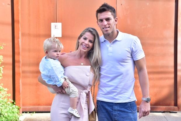 Karina Bacchi foi acompaanhada do filho, Enrico, e do noivo, Amaury Nunes (Foto: Leo Franco / AgNews)