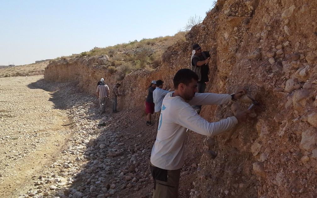 Trabalho feito no Vale do Zarqa, na Jordânia, com a prospecção vertical em afloramento, em busca de fosseis e artefatos líticos — Foto: Fabio Parenti/Divulgação