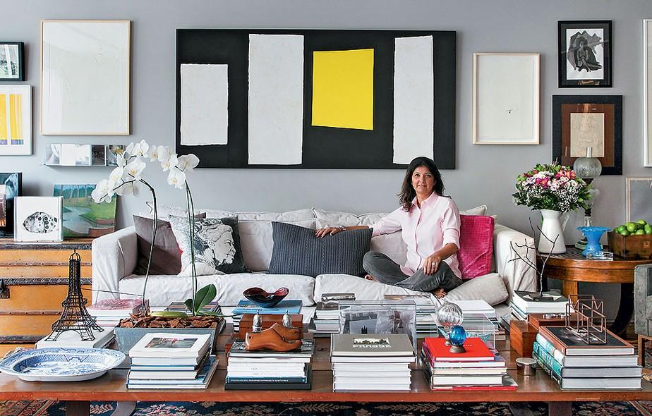 A arquiteta Fernanda Pessoa de Queiroz organizou seu apartamento no Rio de Janeiro misturando o clássico e o rústico. Para ter sempre por perto seus livros de arte, eles foram organizados na mesa de centro da sala de estar