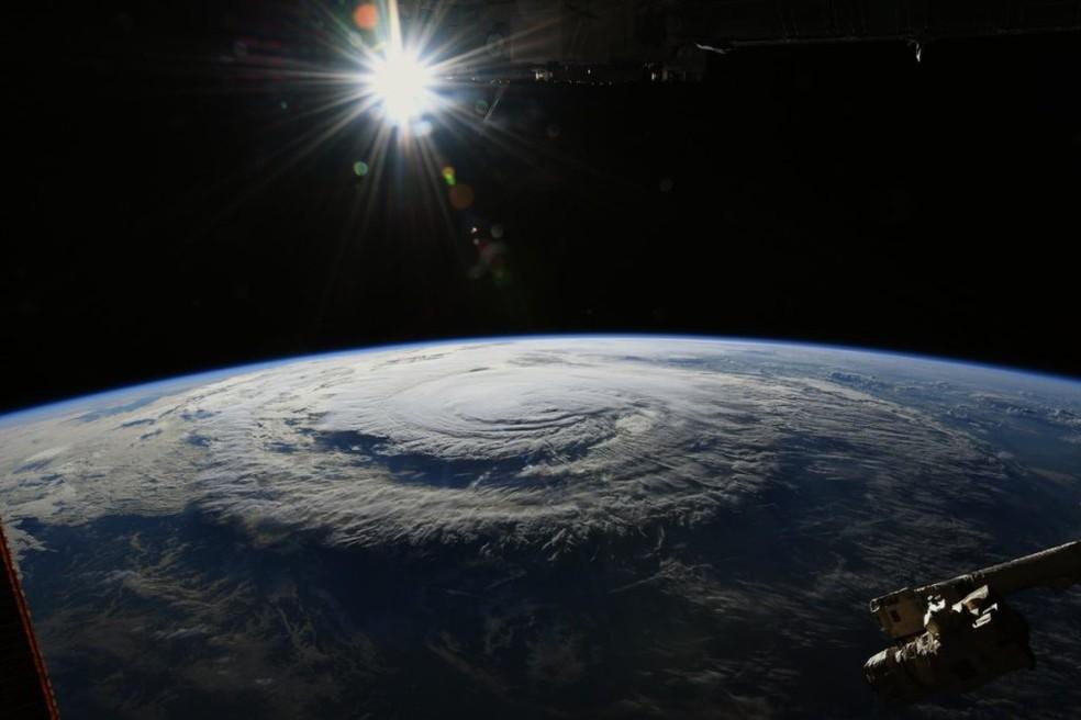 O astronauta Ricky Arnold, que está na Estação Espacial Internacional, fez uma foto do furacão Florence nesta sexta-feira — Foto: Reprodução/Twitter