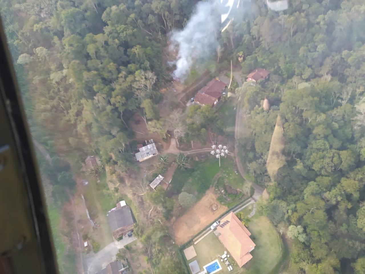 Bombeiros flagram homem ateando fogo em terreno durante sobrevoo para conter incêndio no Parnaso, na Serra do RJ
