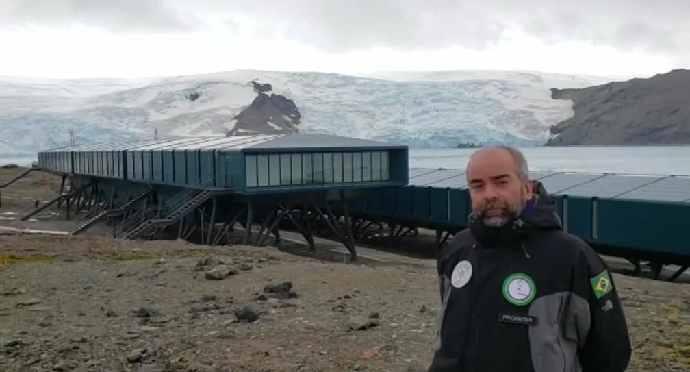Cientista Paulo Câmara, da UnB em frente a Estação Antártica Comandante Ferraz — Foto: Reprodução/GloboNews