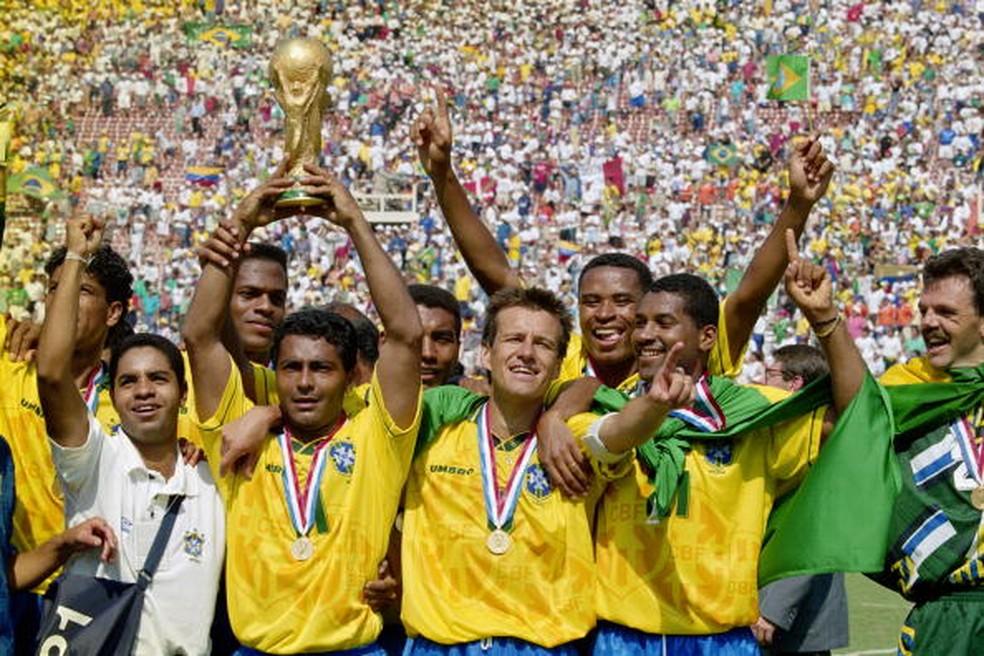 Ao lado de companheiros, Romário levanta a taça do tetra em 1994 — Foto: Ben Radford /Getty Images