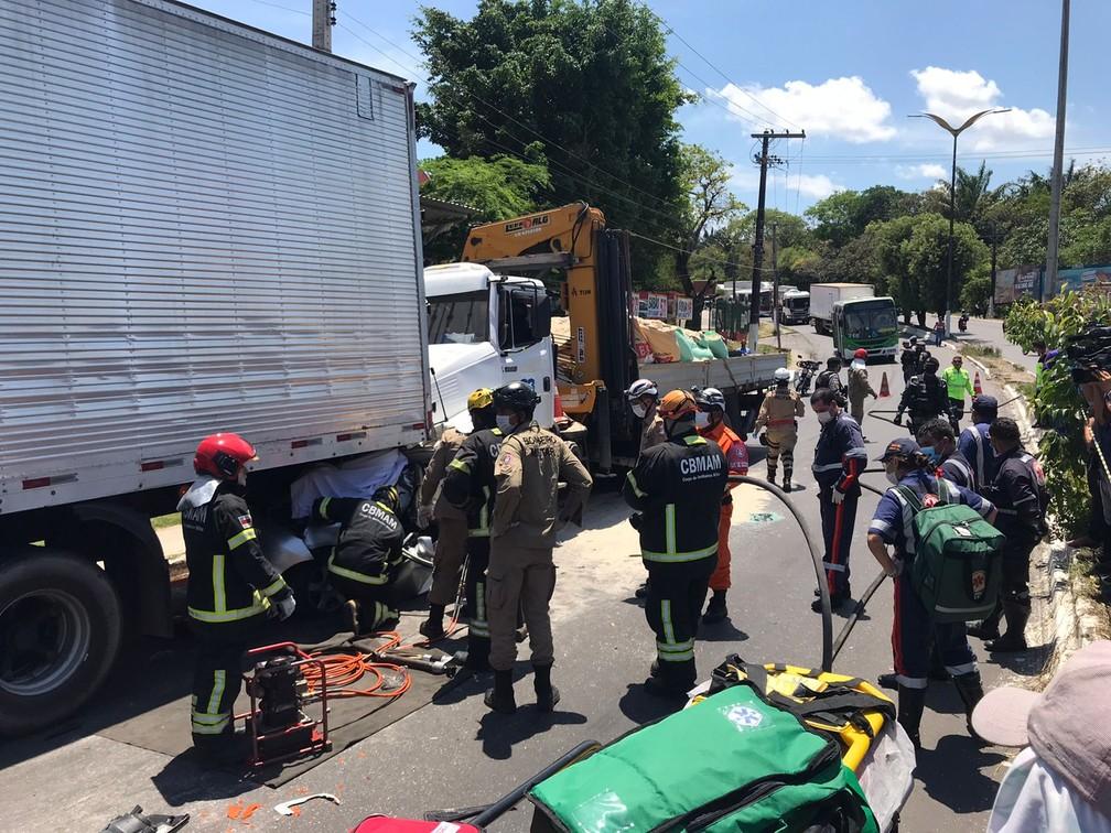 Bombeiros trabalham no resgate de vítima em acidente em Manaus. — Foto: Jucélio Paiva/Rede Amazônica