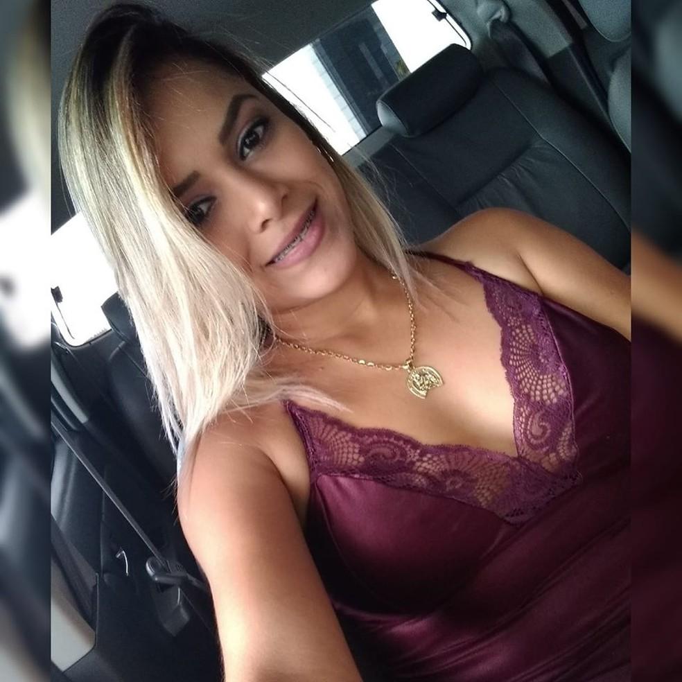 Karina Souto, de 29 anos, foi baleada pelo ex-namorado em Nova Xavantina — Foto: Facebook/Reprodução