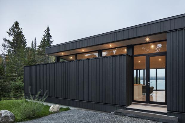 Casa de vidro e madeira na beira de lago canadense  (Foto: Divulgação)