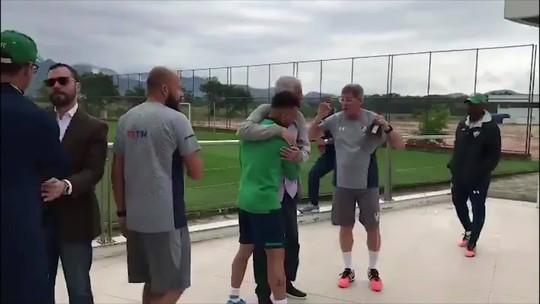 Em primeiro treino no Fluminense, Oswaldo de Oliveira recebe os jogadores no CT