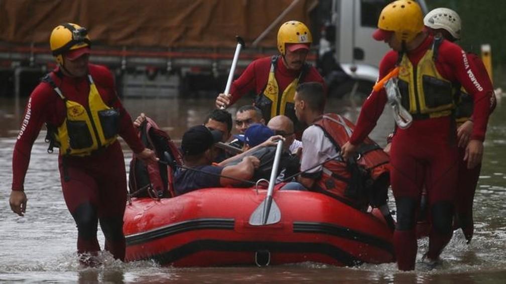 Bombeiros resgatam pessoas ilhadas em chuva em São Paulo — Foto: Reuters