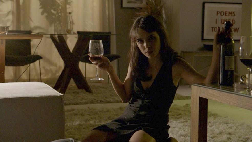 Irene (Débora Falabella) sabe o que quer e usa todo seu poder de sedução em 'A Força Do Querer'  — Foto: Globo