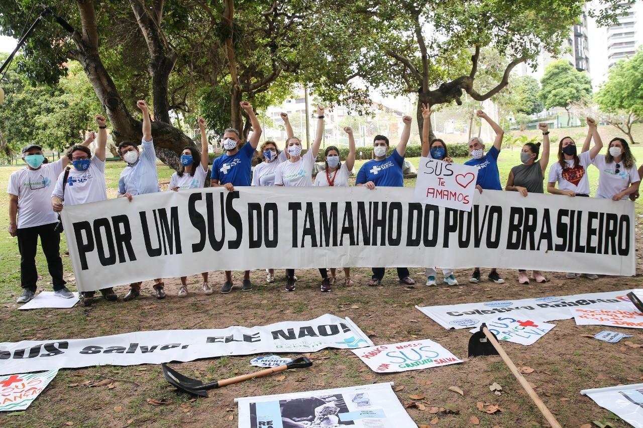 Médicos realizam manifestação em Fortaleza pedindo mais investimentos no SUS