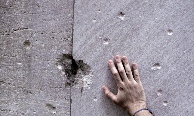 Buracos deixados pelos projéteis que partiram da bomba, visíveis até hoje