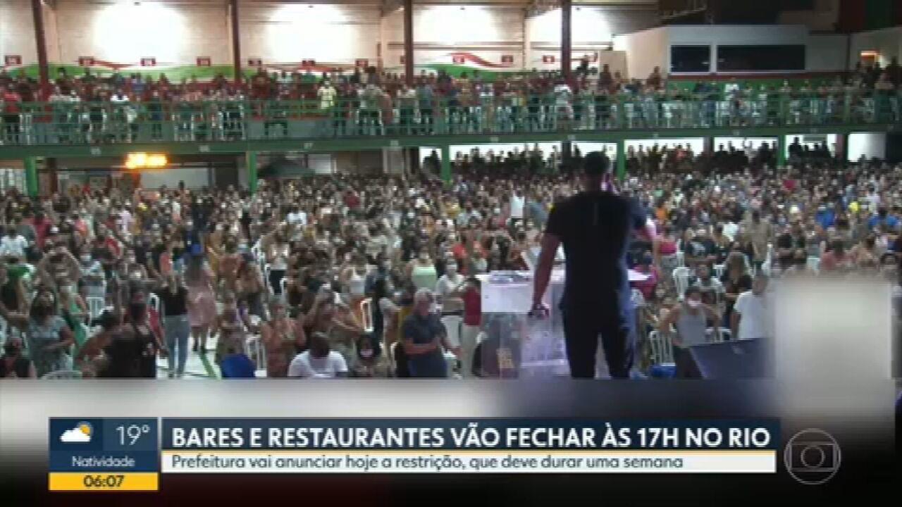 Igreja faz culto com aglomeração na quadra da Grande Rio, em Caxias