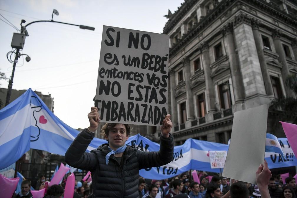 Manifestantes contra a legalização do aborto  na Argentina protestam em Buenos Aires (Foto: Eitan Abramovich / AFP)