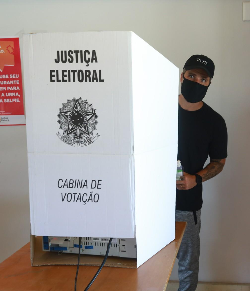 Bruno Gagliasso vota no Rio de Janeiro — Foto: Dilson Silva/AgNews