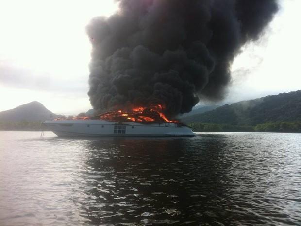 Embarcação pegou fogo em Bertioga nesta terça-feira (15) (Foto: Divulgação / Aconteceu em Bertioga)