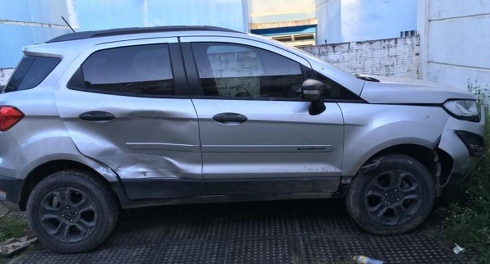 Em carro, que ficou danificado em acidente durante fuga, polícia encontrou cadela, usada como pista para prender suspeito de assalto no Grande Recife — Foto: Polícia Civil/Divulgação
