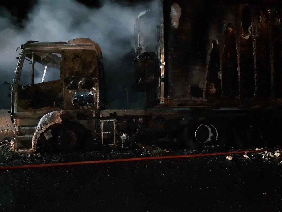 Motorista da carreta não se feriu — Foto: PRF/Divulgação