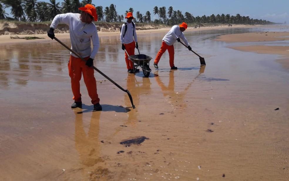 Manchas sendo recolhidas por equipes da Adema na Atalaia Nova, Barra dos Coqueiros (SE) — Foto: Adema/Divulgação