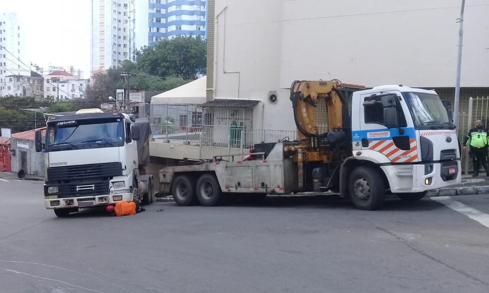 Caminhão não conseguiu subir a ladeira e desceu de ré — Foto: Cid Vaz/TV Bahia
