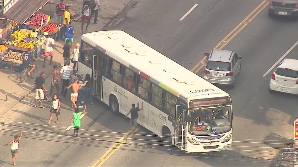 Passageiros são obrigados a descer de ônibus na Rua Edgard Werneck, na Cidade de Deus — Foto: Reprodução/TV Globo