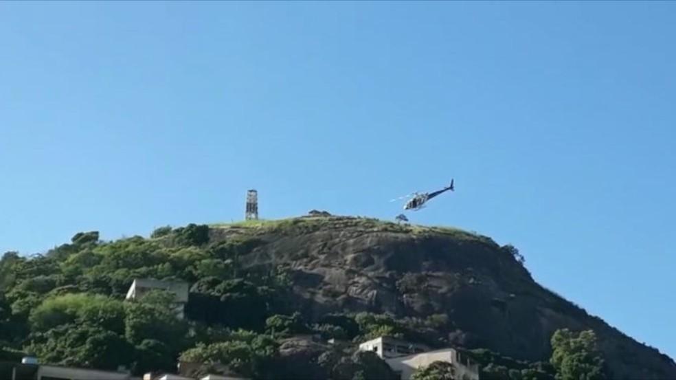 Helicóptero foi usado para afzer buscas em morros de Vitória — Foto: Reprodução/TV Gazeta