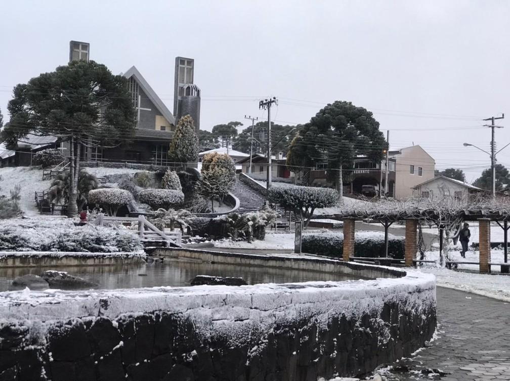 Praça no Centro de Urupema ficou coberta pela neve na manhã desta quarta-feira — Foto: Eduarda Demeneck/ NSC TV
