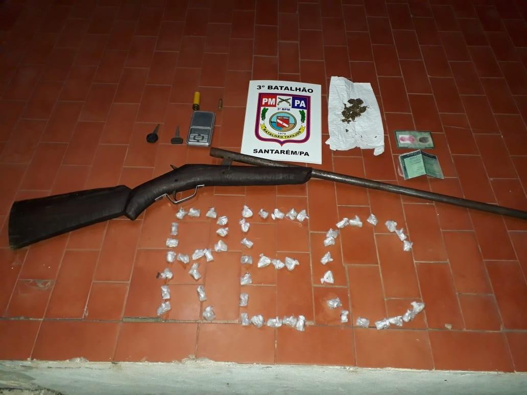 PM apreende drogas e arma em uma casa no Santarenzinho; pai confirmou que o filho atuava no tráfico