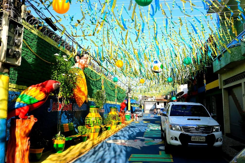 -  Moradores gastam R$18 para enfeitar rua de Belém para a Copa do Mundo.  Foto: Igor Mota