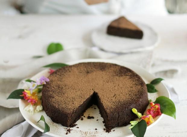 Saudável: a torta de chocolate da chef Gabi Mahamud leva grão-de-bico, maça, cacau em pó e café solúvel (Foto: Gabi Mahamud / Divulgação)